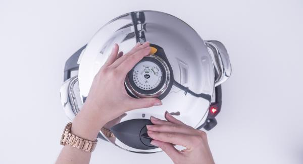 """Tapar con la Tapa Rápida. Colocar la olla en el Navigenio y seleccionar la función  """"A"""". Introducir 8 minutos de tiempo de cocción en el Avisador y girar hasta que aparezca el símbolo de """"turbo""""."""