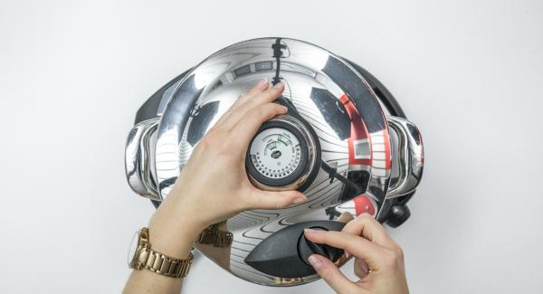 """Tapar con la Tapa Rápida (Secuquick Softline) de 20 cm. Colocar la olla en el Navigenio y seleccionar la función """"A"""". Introducir 20 segundos de tiempo de cocción (símbolo """"P"""") en el Avisador (Audiotherm) y girar hasta que aparezca el símbolo de """"Soft""""."""
