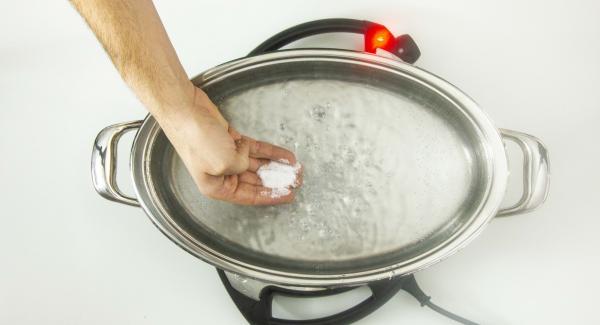 Cuando el Avisador Plus emita un pitido, detapar, añadir la sal y la pasta. Ajustar Navigenio a temperatura media nivel 4. Colocar la tapa, encender el Avisador Plus introducir 7 minutos de tiempo de cocción (o lo que ponga el paquete de la pasta), colocarlo en el pomo y girar hasta que se muestre el símbolo zanahoria.