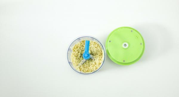 En Quick Cut, picar las nueces de macadamia. Añadir el diente de ajo pelado, picar e incorporar la albahaca y de nuevo picar con intensidad. Añadir el aceite y el queso y terminar de picar muy bien el pesto.
