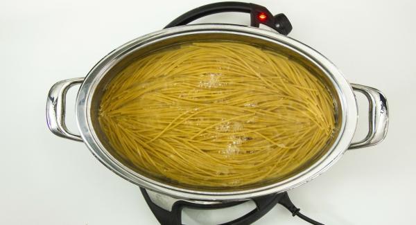 Una vez finalizado el proceso de cocción. Destapar, escurrir la pasta y retirar el agua de la Oval. Añadir la pasta cocida en la Oval junto con el pesto. Cortar unos cuantos cherrys, añadirlos a los espaguetis y servir.