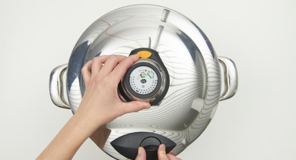 Cuando el Avisador Plus emita un pitido al finalizar el tiempo de cocción, retirar la olla de Navigenio y dejar despresurizar sobre una tapa invertida o una superficie resistente al calor.
