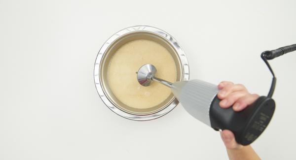 Al finalizar el tiempo de cocción, colar la sopa y batir con un batidor. Colocar los panecillos de pescado en platos soperos y adornar con ramitas de cilantro.