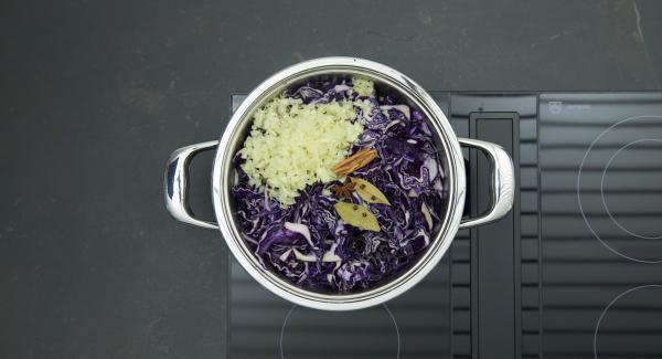 En una olla, mezclar la col lombarda con el vinagre,añadir la cebolla y el ajo. Condimentar, incorporar la canela, el anís y los clavos sobre las hojas de laurel.