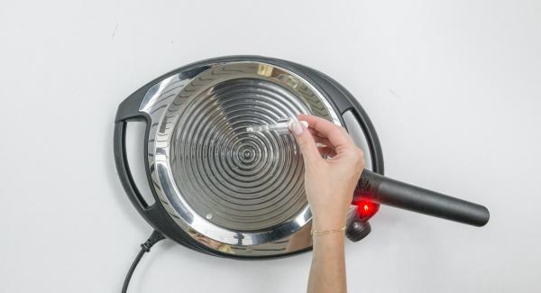 Calentar la oPan a temperatura máxima hasta que se alcance la temperatura ideal (cuando las gotas de agua bailen).