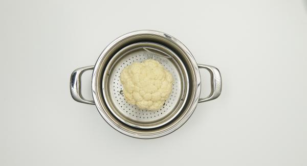 Limpiar la coliflor y colocarla en la Softiera. En una olla, introducir aprox. 150 ml de agua, colocar la Softiera en el interior y tapar con la Tapa Súper-Vapor.