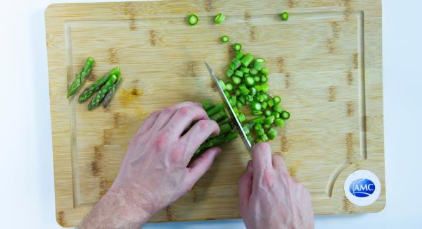 Cortar en dados los espárrgos trigueros y dejar las puntas a parte. En Quick Cut, picar los puerros tiernos y las chalotas.