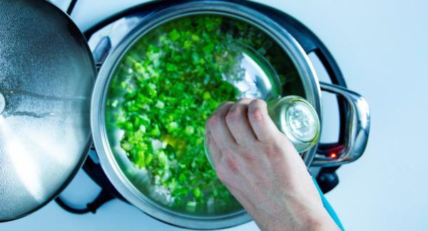 Cuando el Avisador Plus emita un pitido, añadir los puerros, las chalotas picadas y un poco de aceite. Añadir el arroz y sofreír brevemente. Añadir el vino, dejar evaporar un poco. Añadir el caldo, los espárragos sin las puntas y remover.