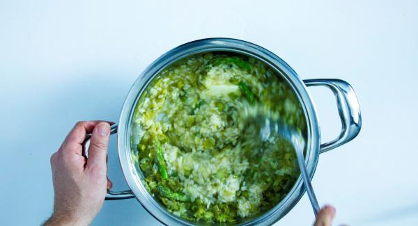Retirar la Tapa Rápida y añadir la mantequilla, un poco de nata, las puntas de los trigueros y las gambas. Ligar todo con movimientos circulares. Añadir la sal, la pimienta y servir.