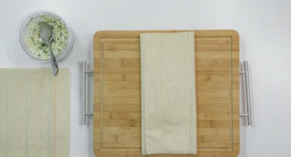 Colocar 2 láminas de masa, una encima de la otra. Esparcir un poco de queso de oveja por encima. Doblar el lado derecho, y luego, doblar el lado izquierdo *ver foto. Fijarlo con un poco de agua.