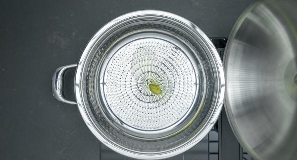 Cuando el Avisador emita un pitido, bajar el fuego y añadir la mantequilla y distribuir uniformemente en la sartén.