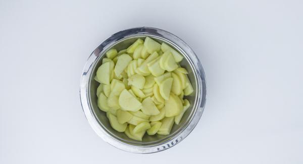 Pelar y cortar la cebolla y las patatas