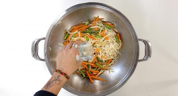 Incorporar los fideos hervidos previamente según las instrucciones del paquete, saltear ligeramente. Añadir el agua, la salsa de soja y remover. Incorporar los langostinos, los rábanos y saltear.