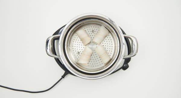 Verter aprox. 120 ml de agua en la olla y colocar la Softiera con el pescado dentro. Colocar la olla sobre el Navigenio y tapar con la Tapa Súper-Vapor (EasyQuick) con el aro de sellado de 24 cm