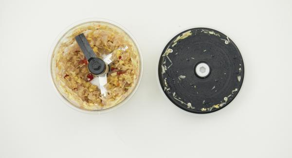 Picar el chile, los palitos de limoncillo, las chalotas y el jengibre en Quick Cut. Introducir todos los ingredientes en una olla.