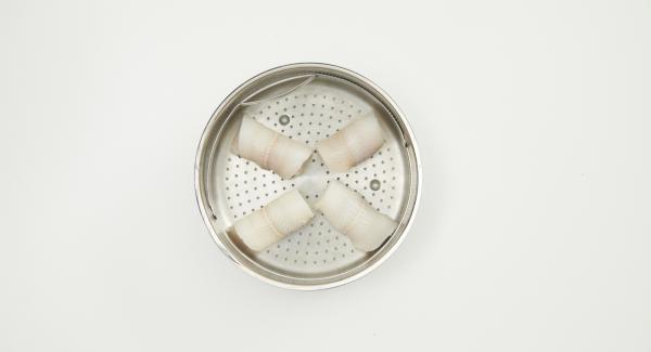Rallar la mitad de la piel de la lima. En un bol, mezclar la ralladura de la lima, la mantequilla y el tabasco. Secar los filetes de pescado, extender la pasta uniformemente sobre cada filete. Enrollar los filetes y colocarlos en la Softiera.
