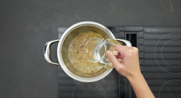 """En cuanto el Avisador emita un pitido al llegar a la ventana """"chuleta"""", bajar el fuego y sofreír brevemente. Agregar el agua, la leche de coco y el aceite de sésamo. Llevar a ebullición y dejar hervir a fuego lento durante unos 10 minutos."""