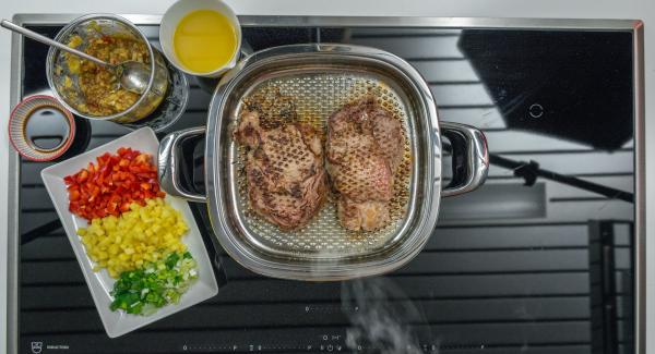 Asar el primer lado durante unos 2 minutos, dar la vuelta y, si se desea la carne al punto, asar unos 8 minutos más.