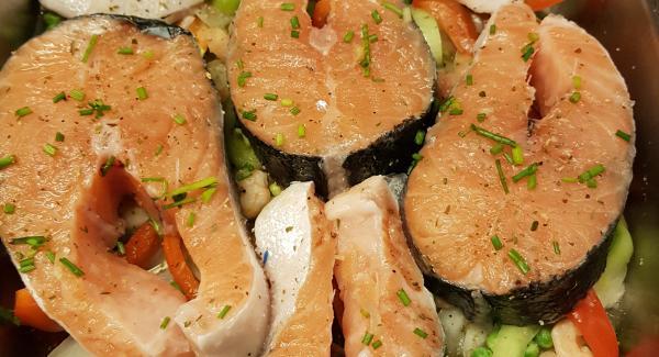 Una vez listo, salpimentamos al gusto y colocamos el salmón. Picamos el cebollino y se lo ponemos por encima