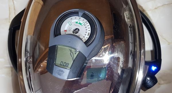 Una vez ya montada la lasaña, tapamos la Oval, encendemos nuestro Navigenio, girando la ruleta hasta la A de automático y programamos  8 minutos en el audiotherm y giramos hasta simbolo ZANAHORIA.