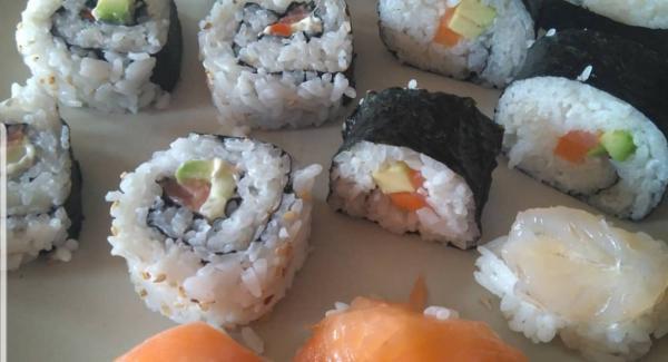 Cortamos los rulos de sushi de un dedo de grosor aprox y servimos acompañados de un cuenquito con salsa de soja, y si os gustan los sabores fuertes, un poco de wasabi