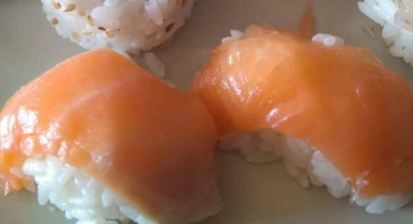 Cogemos una pequeña porcion de arroz y hacemos una bola alargada que cubrimos con un trozo de salmón u otro pescado crudo muy fino