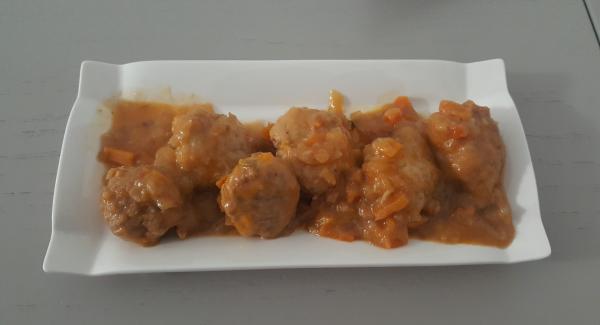 Albóndigas con salsa de cebolla y zanahoria
