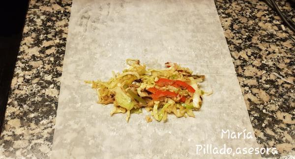 Le ponemos dos cucharadas de verduras rehogadas en el centro