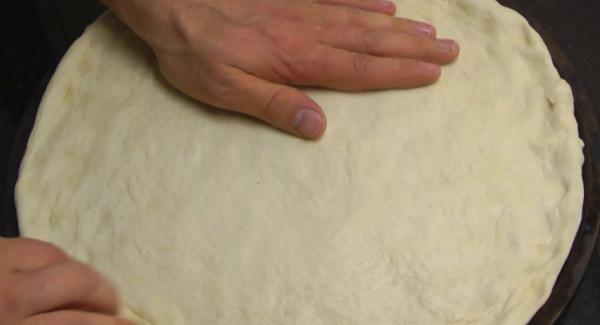 Estirar la masa y darle la forma para colocarla dentro del arondo