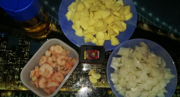 Preparar todos ingredientes cortados pelaremos las patatas y las cortaremos cascadas para que la patata durante la cocción saque el almidón y espese el caldo , cortaremos la sepia o las anillas a trocitos , y picaremos los ajos ,