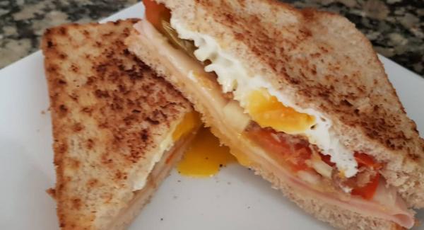 Lo dejamos unos segundos más tapado y retiramos. El resultado es un sándwich dorado por fuera y tierno por dentro, jugoso y sin ningún tipo de aceites o mantequilla