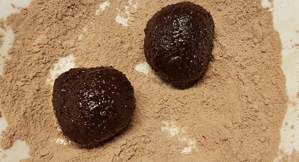 Con ayuda de las manos, vamos dándole forma redonda y pasandolas por la mezcla que más nos guste, cacao, coco, frutos secos, virutas de chocolate...