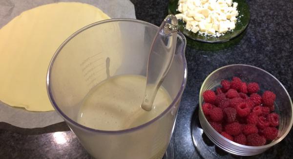 Echamos todos los ingredientes menos el chocolate blanco y las frambuesas y lo batimos con ayuda de una batidora.