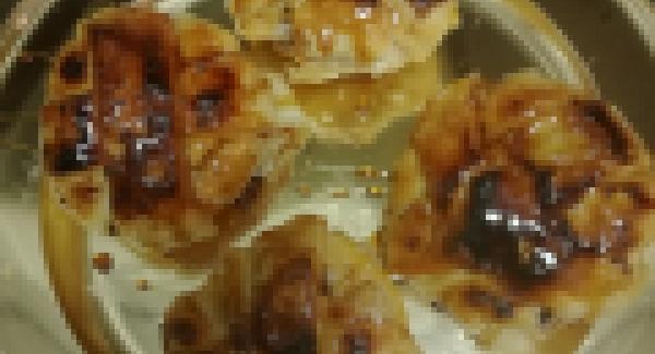 Quitaremos a un cuenco el almíbar si nos ha quedado y volveremos a utilizar la olla en la que colocaremos un papel de horno cortado , pondremos a calentar la olla al 6 e iremos introduciendo los melocotones forrados con el hojaldre echaremos un poco de azúcar por encima y taparemos la olla hasta que se caliente a chuleta después pondremos el navigenio en modo horno , una ralla a la última posición o dos rallas a la primera según la altura de la olla , y programaremos el audioterm 4 minutos para que se nos dore el hojaldre