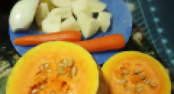 Partir la calabaza por la mitad y agregar agua hasta cubrirla luego necesitaremos caldo para hacer el puré pondremos un poco de sal pues la calabaza y las zanahorias son dulces