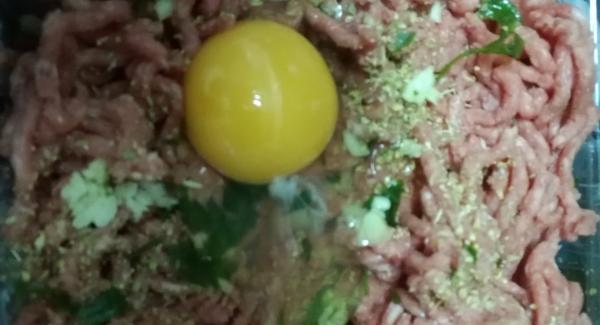 Aliñamos  la carne picada con sal, pimienta orégano unos ajos picados , perejil y dos huevos a amasamos bien y reservamos