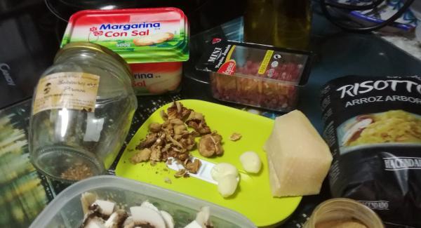 Preparamos todos ingredientes , picaremos los ajos y la cebolla en la picadora  Y trocearemos las setas y el jamón picado
