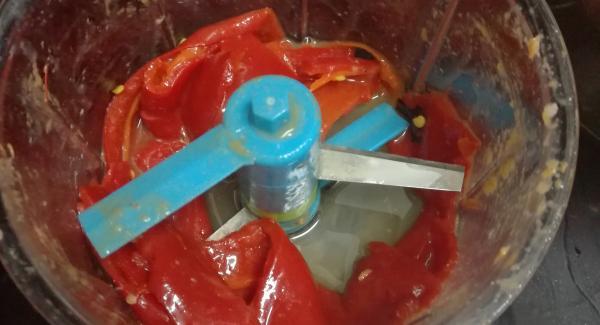 en la picadora pondremos los dos o tres  pimientos del piquillo los picaremos bien y agregaremos el fumé,la nata liquida y el chupito de wisky y un poquito de pimentón dulce de la Vera ,lo echaremos en la olla para elaborar la salsa a la vez que la a rollitos