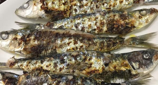 Se pone una pizca de sal y una cucharada de aceite para que brillen y ya estarían listas para comer unas sardinas tipo parrilla pero hechas en casa sin humo ni olor