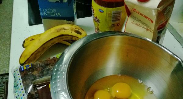 Preparamos todos ingredientes  y en un bol batiremos los huevos, pondremos la cucharada de cacao, las 4 cucharadas de pasas, 4 cucharadas de azúcar moreno y batiremos,