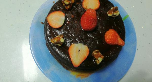 Desmoldamos, y adornaremos con unas fresas, unas nueces caramelizadas y un poco de azúcar glass por encima y listo
