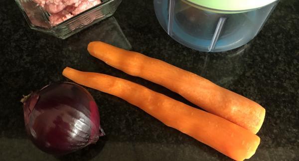 Preparamos el relleno de la lasaña ( las zanahorias, cebolla, tomate y carne)