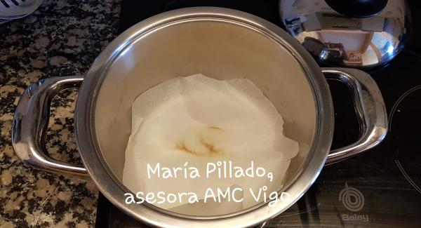 Calentar al máximo la olla de 20cm con el avisador en chuleta. Cuando esté caliente, bajar el fuego al 2 en una vitrocerámica de 9 y poner un papel de hornear en el fondo de la olla