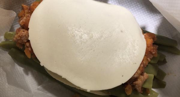 Vamos haciendo otra capa de judías, más relleno, después queso. En total ponemos tres capas de judías, relleno y queso