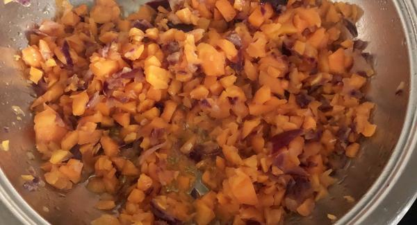 Echamos la cebolla picada cuando la franja roja esté entre media, un poco antes de que llegue a chuleta y rehogamos durante unos minutos. Después echamos la zanahoria y rehogamos unos minutos más