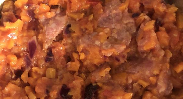 Agregamos la carne picada cuando se hayan pochado bien las verduras y la dejamos cocer hasta que se haga.