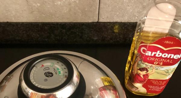 Picamos la cebolla con el picador mientas vamos calentando un poco la sartén.