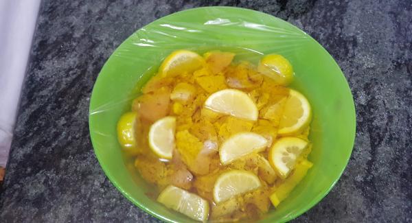 Se cortan las pechugas a tacos, se echan en un bol, con sal y pimienta. Se corta el limón y la Lima en rodajas y se echa a un bol. Seguido se cubre con aceite de oliva, se tapa con film y  se deja macerar durante 2 horas en el refrigerador.