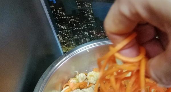 Poner la cucharada de aceite virgen extra en la gourmet con los ajos picados encenderemos al 5 el navigenio y después agregamos el pollo cortado a daditos removemos y pondremos la tapa super vapor con el audioterm en posición chuleta