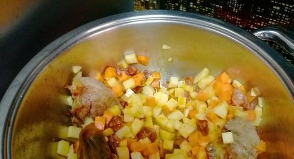 Cuando nos pite agregamos las zanahorias y las patatas cortadas en cuadritos y rehogaremos de nuevo junto con los garbanzos